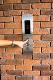 Gente que presiona el botón del elevador Imagenes de archivo