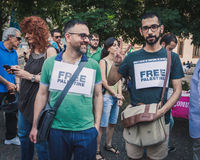 Gente que protesta contra el bombardeo de la Franja de Gaza en Milán, Italia Fotografía de archivo