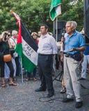 Gente que protesta contra el bombardeo de la Franja de Gaza en Milán, Italia Imagen de archivo libre de regalías