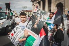 Gente que protesta contra el bombardeo de la Franja de Gaza en Milán, Italia Imagenes de archivo
