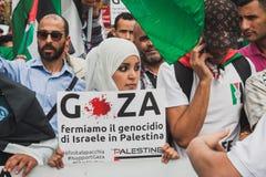 Gente que protesta contra el bombardeo de la Franja de Gaza en Milán, Italia Fotografía de archivo libre de regalías