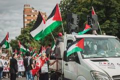 Gente que protesta contra el bombardeo de la Franja de Gaza en Milán, Italia Imagen de archivo