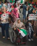 Gente que protesta contra el bombardeo de la Franja de Gaza en Milán, Italia Foto de archivo libre de regalías