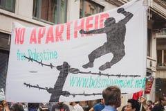 Gente que protesta contra el bombardeo de la Franja de Gaza en Milán, Italia Imágenes de archivo libres de regalías