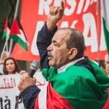 Gente que protesta contra el bombardeo de la Franja de Gaza en Milán, Italia Foto de archivo