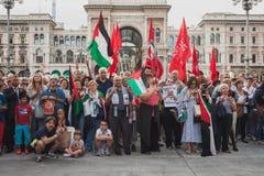 Gente que protesta contra el bombardeo de la Franja de Gaza en Milán, Italia Fotos de archivo