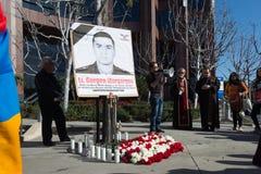 Gente que protesta contra el consulado de Azerbaijan en memoria de G Foto de archivo