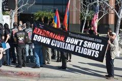 Gente que protesta contra el consulado de Azerbaijan en memoria de G imagenes de archivo