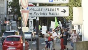 Gente que protesta contra la contaminación atmosférica almacen de video
