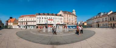 Gente que recolecta alrededor de la fuente en la plaza principal de Osijek imagen de archivo
