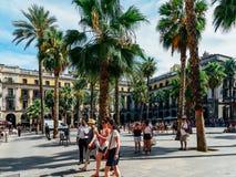 Gente que recolecta en Placa cuadrado real Reial o plaza real una atracción turística bien conocida de Barcelona Imagen de archivo libre de regalías
