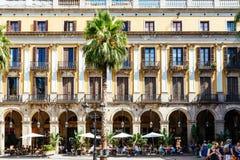 Gente que recolecta en Placa cuadrado real Reial o plaza real una atracción turística bien conocida de Barcelona Imagenes de archivo