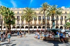 Gente que recolecta en Placa cuadrado real Reial o plaza real una atracción turística bien conocida de Barcelona Fotos de archivo libres de regalías