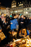 Gente que recolecta en solidaridad con víctimas de los asaltos de París Imagen de archivo libre de regalías