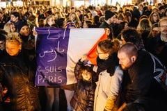 Gente que recolecta en solidaridad con víctimas de los asaltos de París Imágenes de archivo libres de regalías