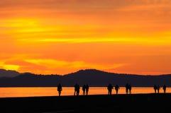 Gente que recorre en crepúsculo Fotografía de archivo libre de regalías