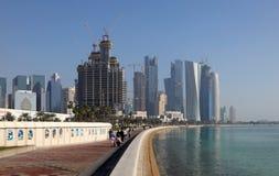 Gente que recorre en el corniche, Doha Imagen de archivo