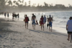 Gente que recorre en la playa Imagen de archivo libre de regalías