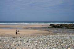 Gente que recorre en la playa Fotos de archivo libres de regalías