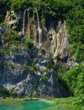 Gente que recorre en una pasarela en los lagos Plitvice fotos de archivo