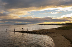 Gente que recorre a lo largo de la playa Imagen de archivo libre de regalías