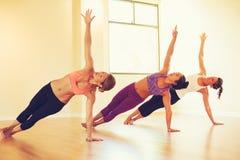 Gente que relaja y que hace yoga Imágenes de archivo libres de regalías