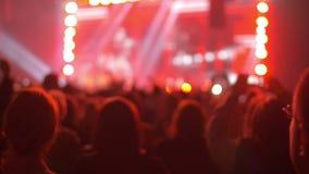 Gente que retrocede en el concierto del estallido de la noche metrajes