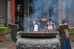 Gente que ruega alrededor del ` s de Chengdu la mayoría del templo famoso Wenshu Monas Imágenes de archivo libres de regalías