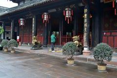 Gente que ruega alrededor del ` s de Chengdu la mayoría del templo famoso Wenshu Monas Imagenes de archivo