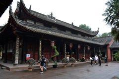Gente que ruega alrededor del ` s de Chengdu la mayoría del templo famoso Wenshu Monas Fotografía de archivo libre de regalías