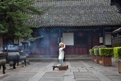 Gente que ruega alrededor del ` s de Chengdu la mayoría del templo famoso Wenshu Monas Fotos de archivo libres de regalías