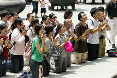 Gente que ruega a Buddha en templo Fotos de archivo libres de regalías