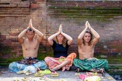 Gente que ruega en el dur santo de Puru Tirtha Empul del templo del agua de manatial Fotografía de archivo libre de regalías