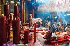 Gente que ruega en la pagoda Imagen de archivo