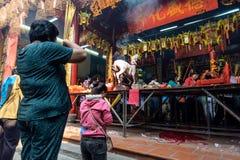 Gente que ruega en la pagoda Imagenes de archivo