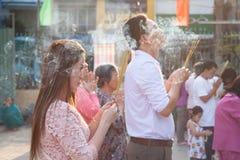 Gente que ruega en la pagoda de Quoc Tu, Vietnam Imágenes de archivo libres de regalías