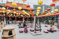 Gente que ruega Sik Sik Yuen Wong Tai Sin Temple Kowloon Hong Kon Fotos de archivo libres de regalías