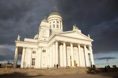 Gente que sale de la catedral de Helsinki en la tarde después del concierto Fotos de archivo