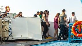 Gente que sale del barco de vapor en el puerto del alsancak fotos de archivo
