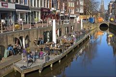 Gente que sale en terraza en la ciudad Leeuwarden Imagen de archivo