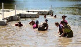 Gente que salpica en agua y que se divierte en el lago navy Foto de archivo