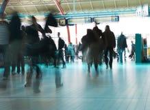Gente que se apresura para coger un tren (o el plano) Imagen de archivo libre de regalías