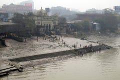 Gente que se baña en el río Hooghly en Kolkata Foto de archivo