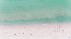 Gente que se baña en el sol, nadando Fotos de archivo