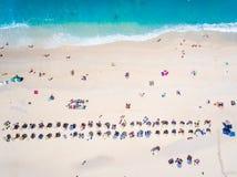Gente que se baña en el sol, natación y jugando a juegos en el bea Imagenes de archivo