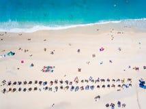 Gente que se baña en el sol, natación y jugando a juegos en el bea Imagen de archivo