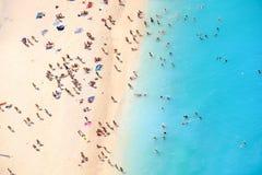Gente que se baña en el sol, natación y jugando a juegos en el beac Fotografía de archivo libre de regalías