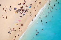 Gente que se baña en el sol, natación y jugando a juegos en la playa Fotografía de archivo