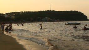 Gente que se baña en la playa almacen de video