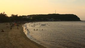 Gente que se baña en la playa metrajes